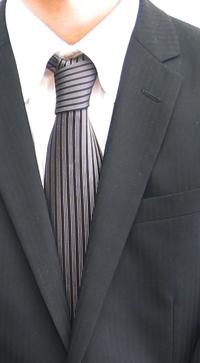 新入社員ある日のネクタイ姿