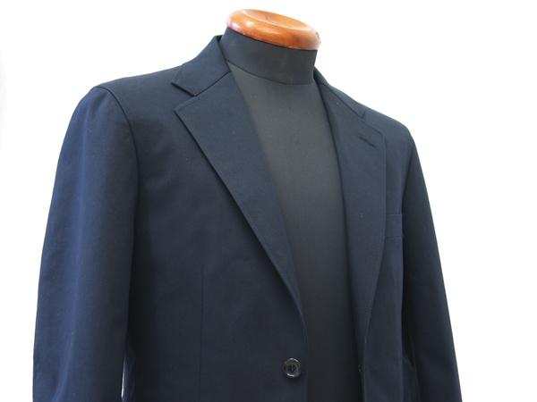 衿巾が広めになってきたビジネススーツ